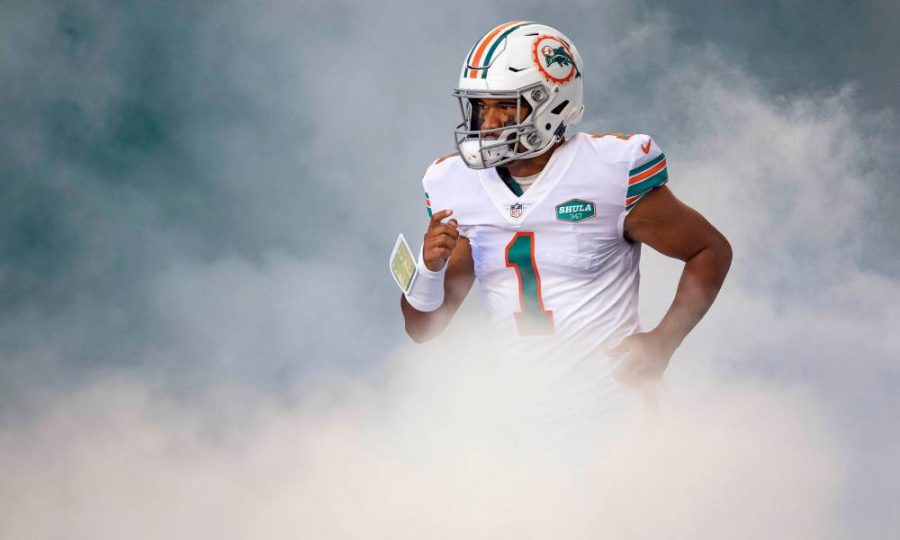 Miami+Dolphins+quarterback+Tua+Tagovailoa+%281%29+heads+onto+the+field+at+Hard+Rock+Stadium+in+Miami+Gardens%2C+November+15%2C+2020.++%28ALLEN+EYESTONE+%2F+THE+PALM+BEACH+POST%29